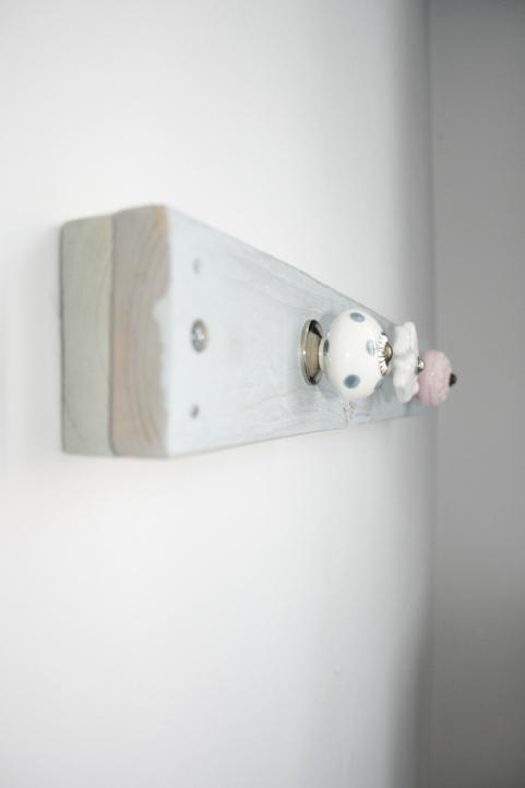 Handmade coat rack - door knob // Zelfgemaakte kapstok + porseleinen knoppen