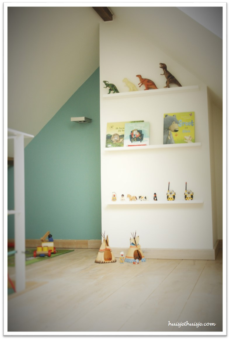 loft-boysroom-floating-shelves-toys-books-play-noo